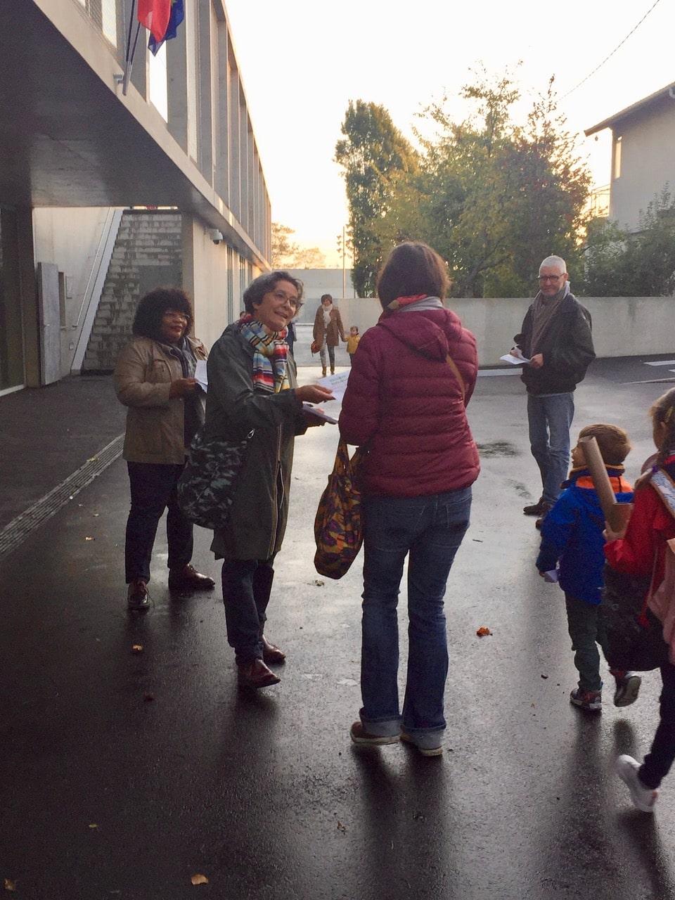 Tractage devant une école à Villejuif